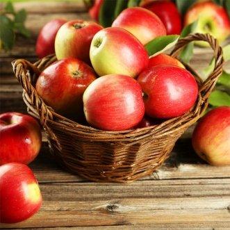 Маленькая фруктовая корзина с яблоками